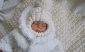 Шапочка шлем для новорожденного спицами с описанием