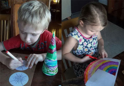 дети делают ёлочки из бумаги